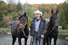 Jürg Willi mit einigen unserer Jungpferde auf unserem Betrieb